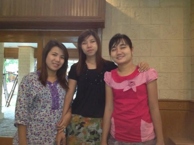 タナカセンターに居た女の子たちにミャンマー歌手について教えてもらう【ミャンマー(ニャウンウー)】