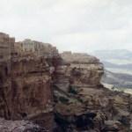 崖の下にある「シバーム」と上にある「コーカバン」【イエメン】