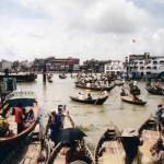 小舟とフェリーでごった返すダッカの港「ショドル・ガット」【バングラデシュ】