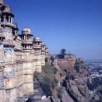 テーブルマウンテンの上に聳えるインド中世の城郭、「グワリオール」のマーン・マンディル【インド】