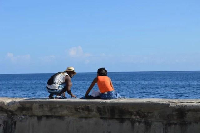 マレコン通りを新市街から旧市街へ向けて歩く (ハバナ)【キューバ Cuba】