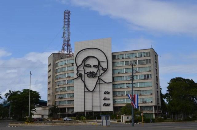 情報通信省にあるカミーロの肖像、ハバナ新市街の風景 【キューバ Cuba】