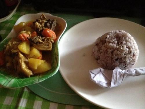 フィリピン、バナウェ。バナウェのグリーンビューレストランでカレーを食べる