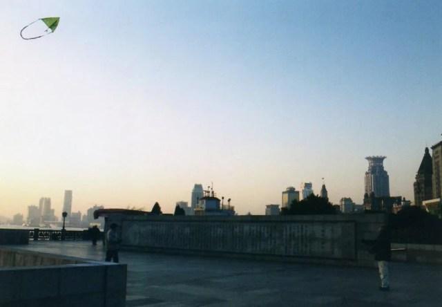 凧揚げ【上海、外灘の朝】
