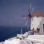 岸壁の上に白い街並みが並ぶエーゲ海の島「サントリーニ島」【ギリシャ】