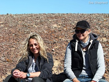 editorial-121219-1-1-Rosie-and-Dinielle-sitting-in-namib-desert