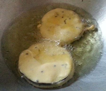 Batter fried brinjal slices for Bengali Eggplant Fritters Recipe