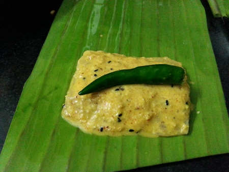 Place marinated bhetki fish fillets on banana leaves for fish paturi recipe