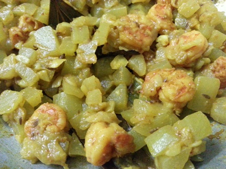 Cook bottle gourd and prawns