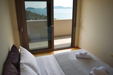 Υπνοδωμάτιο με θέα στην θάλασσα με πανοραμικά παράθυρα, στον 2ο όροφο του Feel the Sea Βίλα