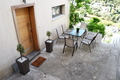 Садовый стол во дворе
