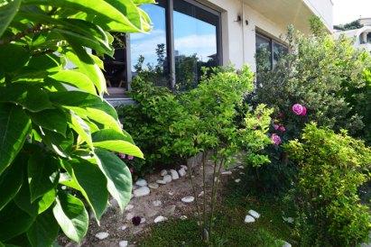 Цветы в многоуровневом саду