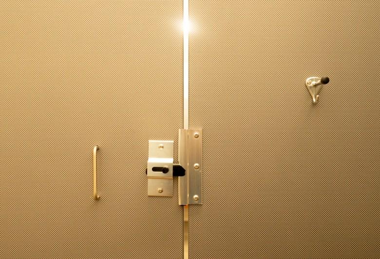 Espace dans la porte des toilettes publiques américaines