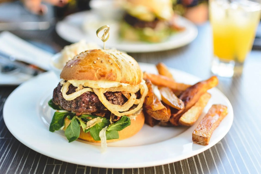 Hamburger servi sur une assiette avec des frites