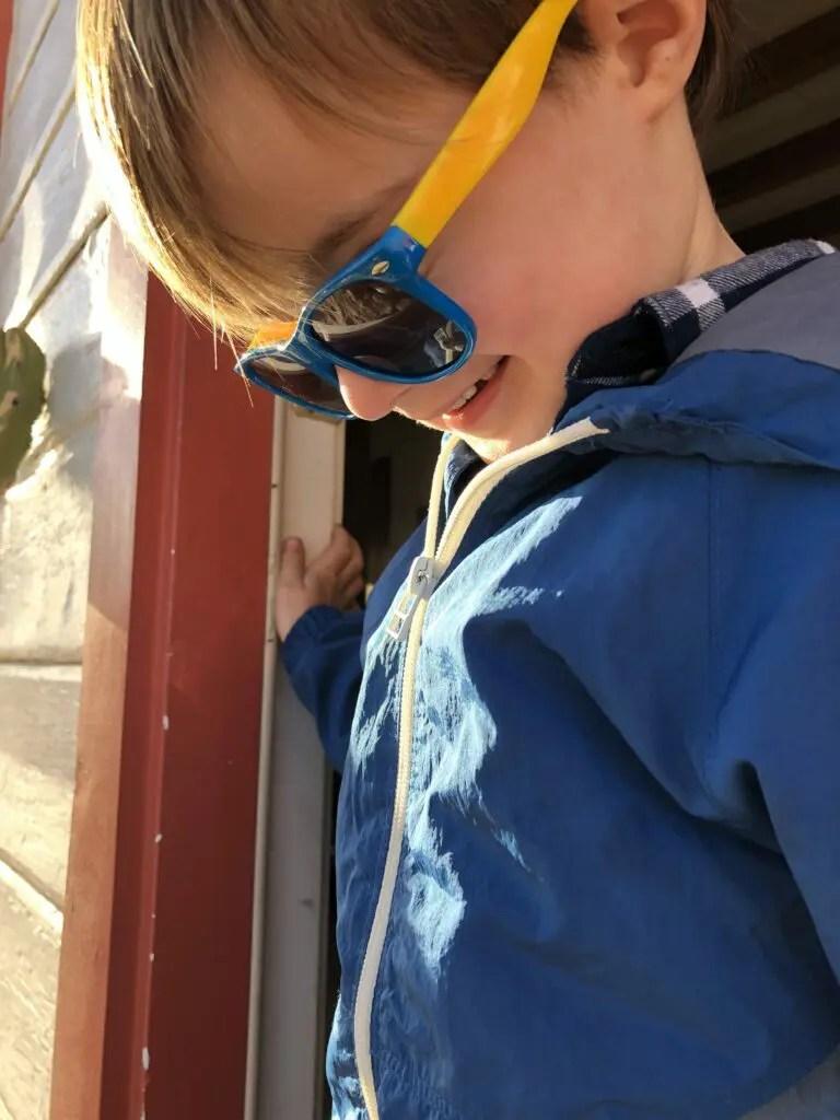 Enfant souriant avec lunettes de soleil
