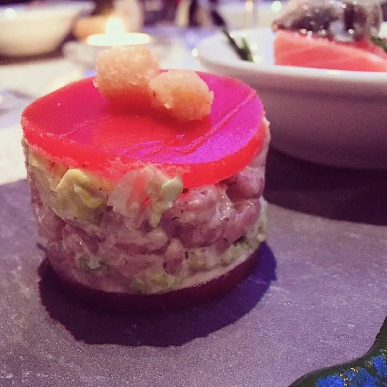 Tomate aux crevettes servie sur une assiette au restaurant