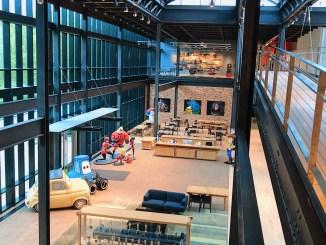 Hall d'accueil chez Pixar avec Cars