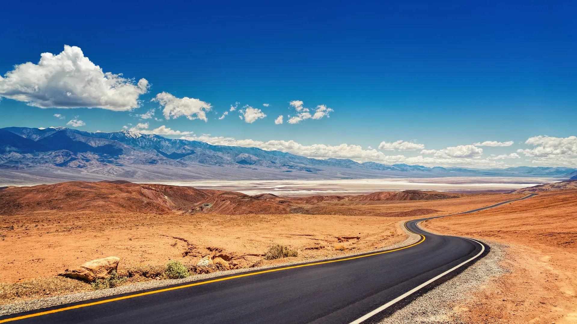 Route dans le désert de la Death Valler pour parler de l'expatriation