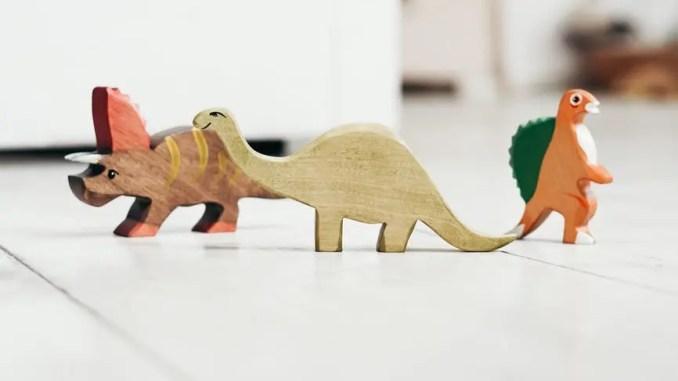 dinosaures activités enfant - brown and orange dinosaur plastic toy