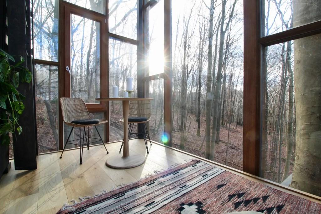 intérieur de the glass cube de slô, cabane dans les arbres en belgique