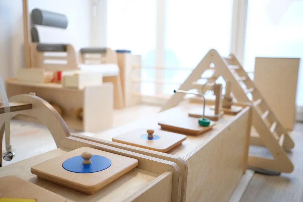l'aménagement dans une crèche Montessori est exclusivement en bois pour un effet nature