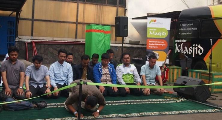 Sholat Di Mobile Masjid Bandung