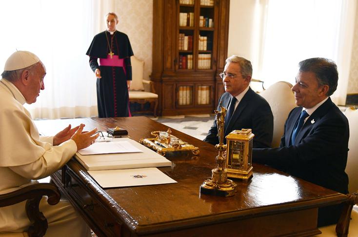 Alvaro Uribe, Juan Manuel Santos y Francisco papa reunión paz guerra tips para trabajar en equipo
