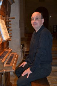 Sébastien Maigne devant l'orgue