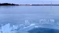 Solen lyser ännu på oljecisternerna i Holmsund