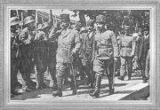 Mustafa Kemal ve İsmet Paşa tören birliğini selamlarken (1921)