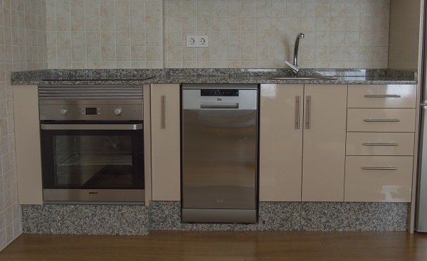 Cocina Con Puertas En Color Beige Y Electrodomesticos Secinga