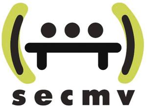 Logo du SECMV, dessin minimaliste représentant 3 têtes sur un banc ou pouvant se tenir la main ce n'est pas clair le tout mis entre parenthèse