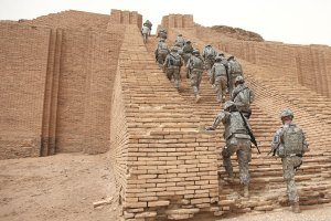 US_Soldiers_climbing_the_Ziggurat_of_Ur