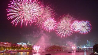 new-years-london-party-fireworks-boat