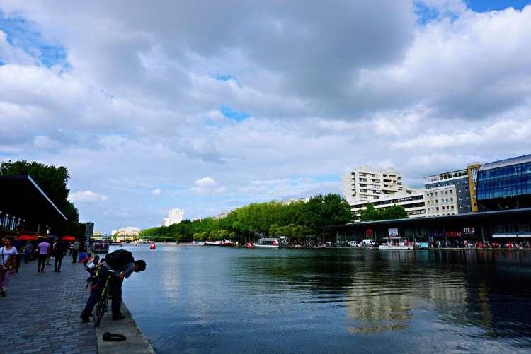 Looking at water - Canal saint martin