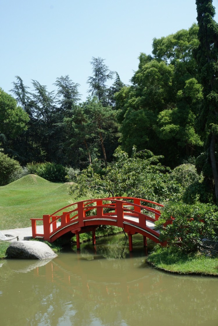 Red bridge in the Japanese garden - Toulouse travel guide