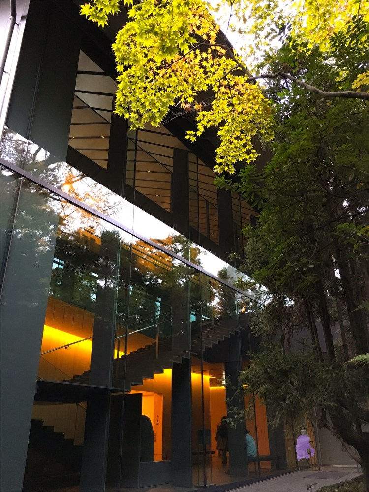 The Nezu Museum Garden is a beautiful garden hidden in the middle of busy Tokyo. If you love beautiful architecture and gardens, this garden is a great place to visit. #Tokyo #Garden #Nezu Museum