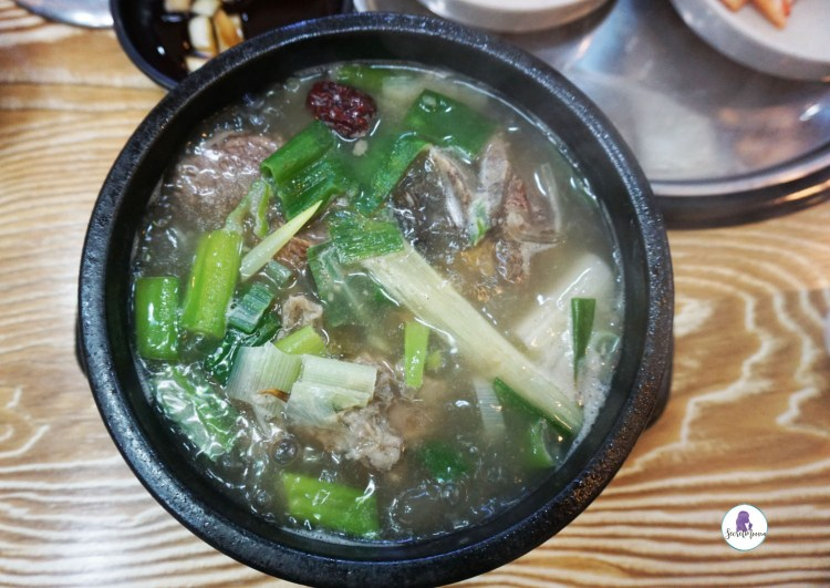 Seolleongtang (ox bone soup - 설렁탕) - Best Korean food to try in Seoul