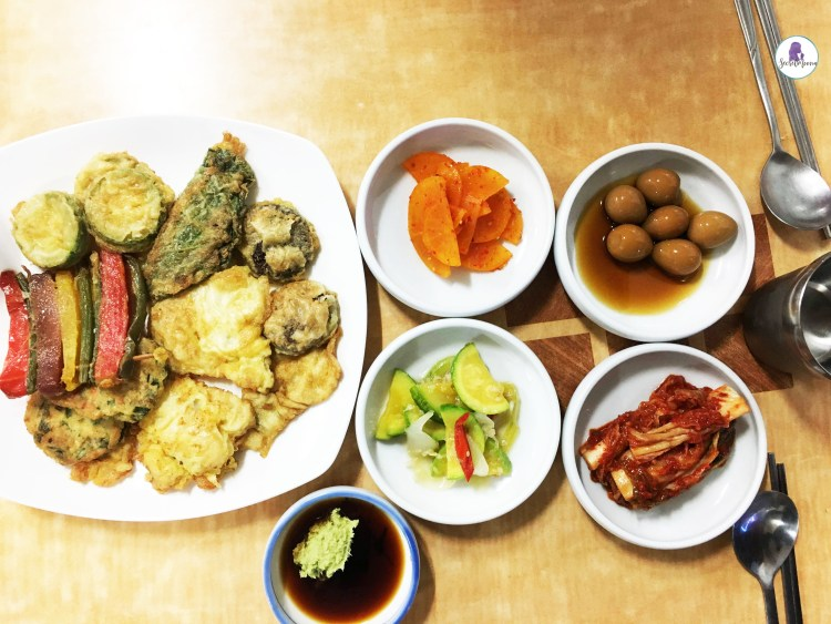 Best Korean food to try in Seoul - Banchan (side dishes - 반찬)