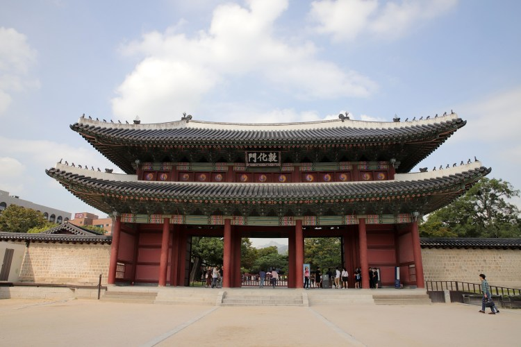 The main entrance to the Changdeokgung palace: Donhwamun Gate