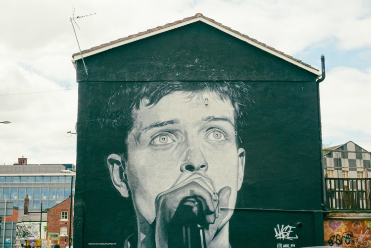 Ian Curtis Mural in black and white, Akse