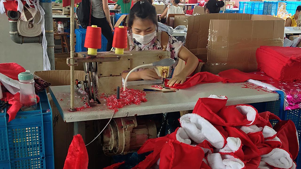 noel-travail-syndicat Père Noël fait travailler des enfants au noir pour trier son courrier. Les syndicats de La Poste hurlent