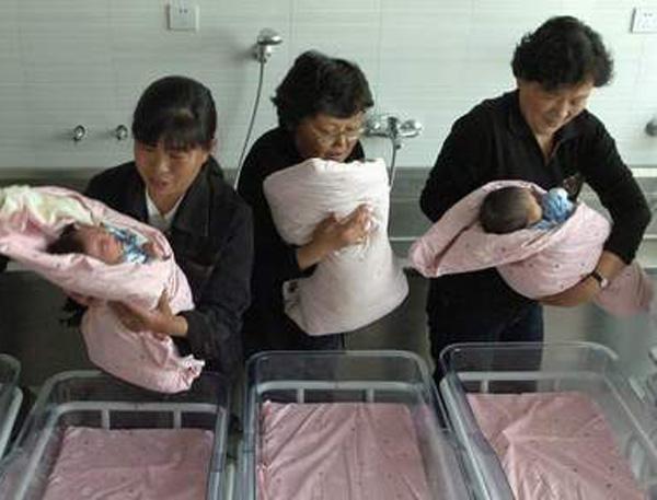 chine-femme-98-ans-enceinte-triple-miracle-1 CHINE : Une femme de 98 ans donne naissance à des triplés en pleine santé - Elle n'en garde qu'un