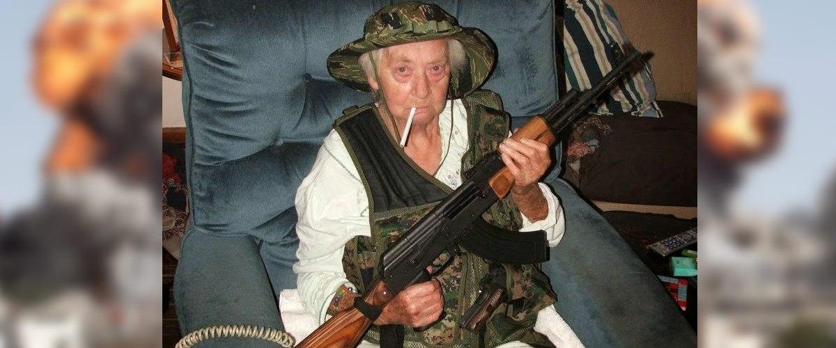 A 86 ans, cette française est partie se battre contre l'État Islamique et a tué plus de 250 djihadistes
