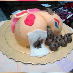 Qui a envoyé ce mystérieux gâteau à Marine Le Pen en l'honneur des 45 ans du Front National ?