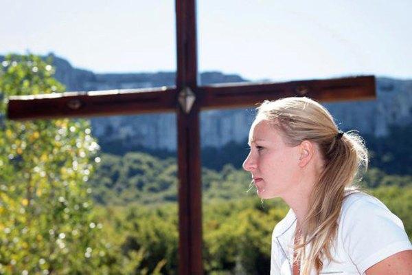 Marion Le Pen : à 27 ans elle quitte tout pour entrer au couvent