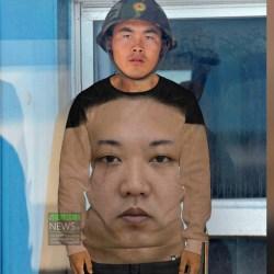 Kim Jong Un impose sa tête en grand sur l'uniforme des soldats nord-coréens
