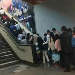Escaliers en panne à la RATP : les voyageurs du métro obligés de prendre les escalators mécaniques