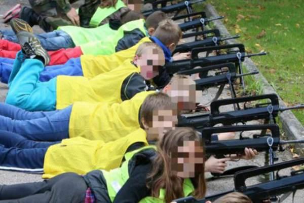 Chaque école devra organiser des cours de tir et des stages antiterrorisme pour les enfants