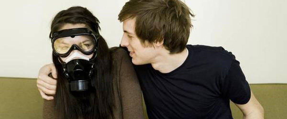 Nicolas sent si mauvais ... que sa femme doit porter un masque à gaz